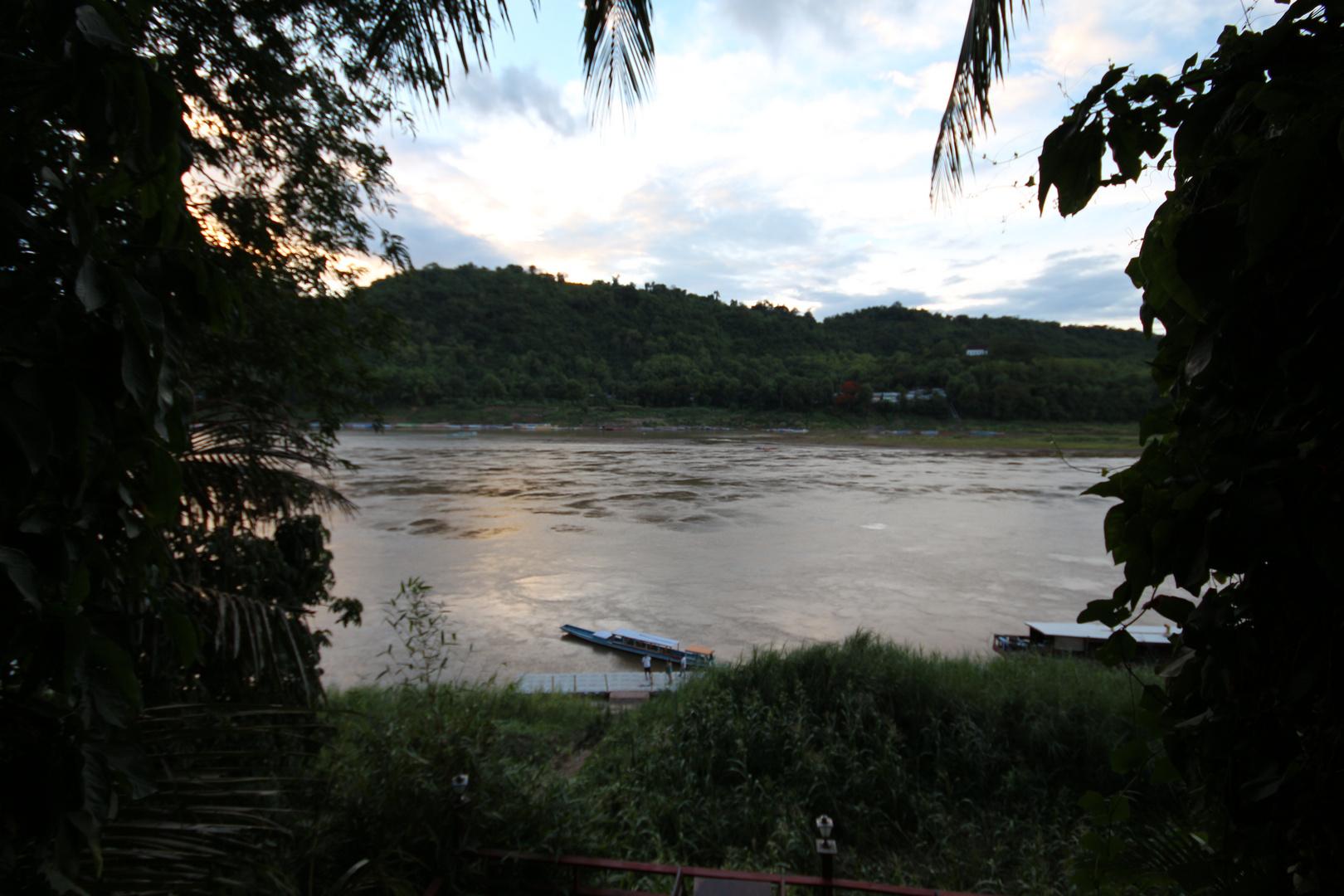abendlicher Blick von der Uferpromenade ueber den Mekong, Luang Prabang