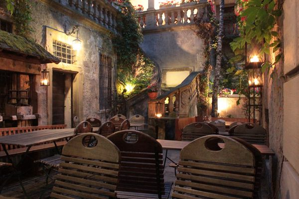 Abendlicher Innenhof Weinhaus Stachel
