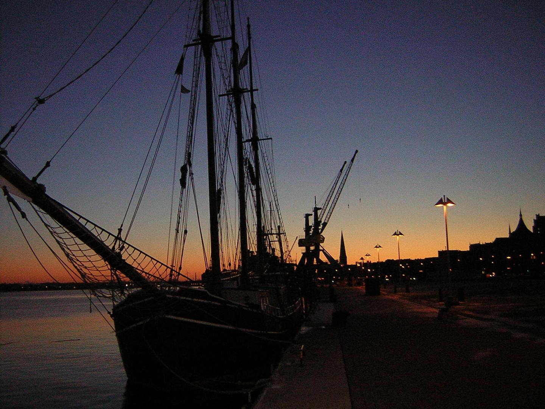 Abendlicht: Segelschiffe im Rostocker Stadthafen