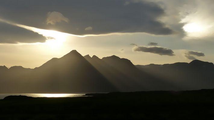 Abendsonne malt die Berge an