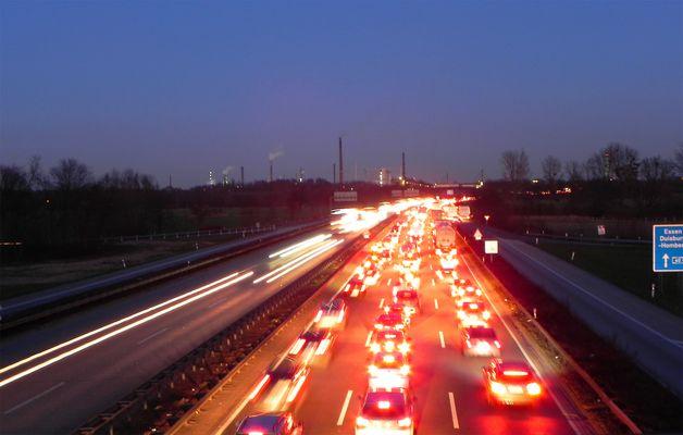 Abendstau auf der A 40 vor Duisburg-Homberg