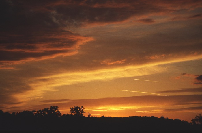 Abendstimmung im Aveyron mit 2 Flugzeugspuren