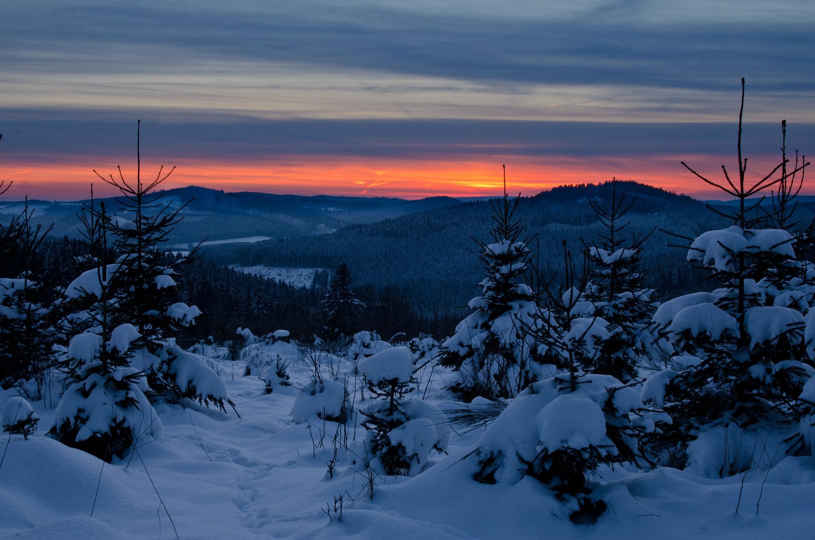 Abendstimmung in den verschneiten Wittgensteiner Bergen