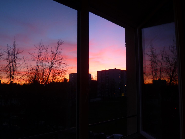 Abendstimmung spiegelt sich im Fenster