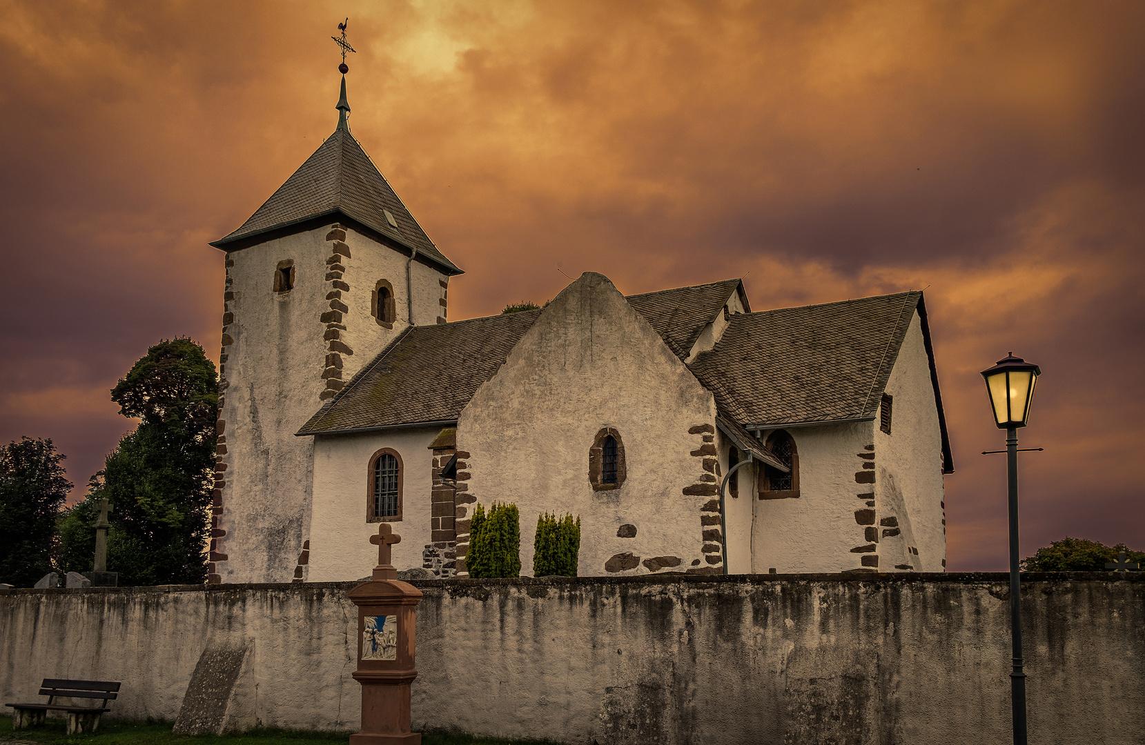 Abendstimmung über der alten Wehrkirche in Berndorf