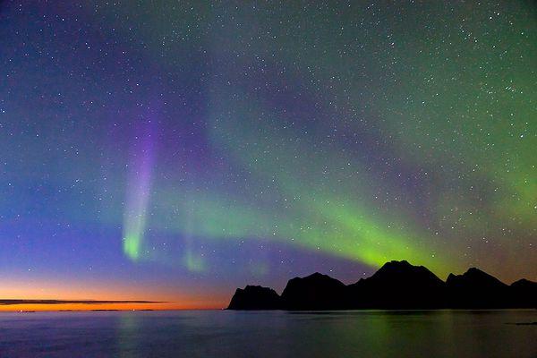 Abendstimmung und Aurora borealis mit vielen Sterne