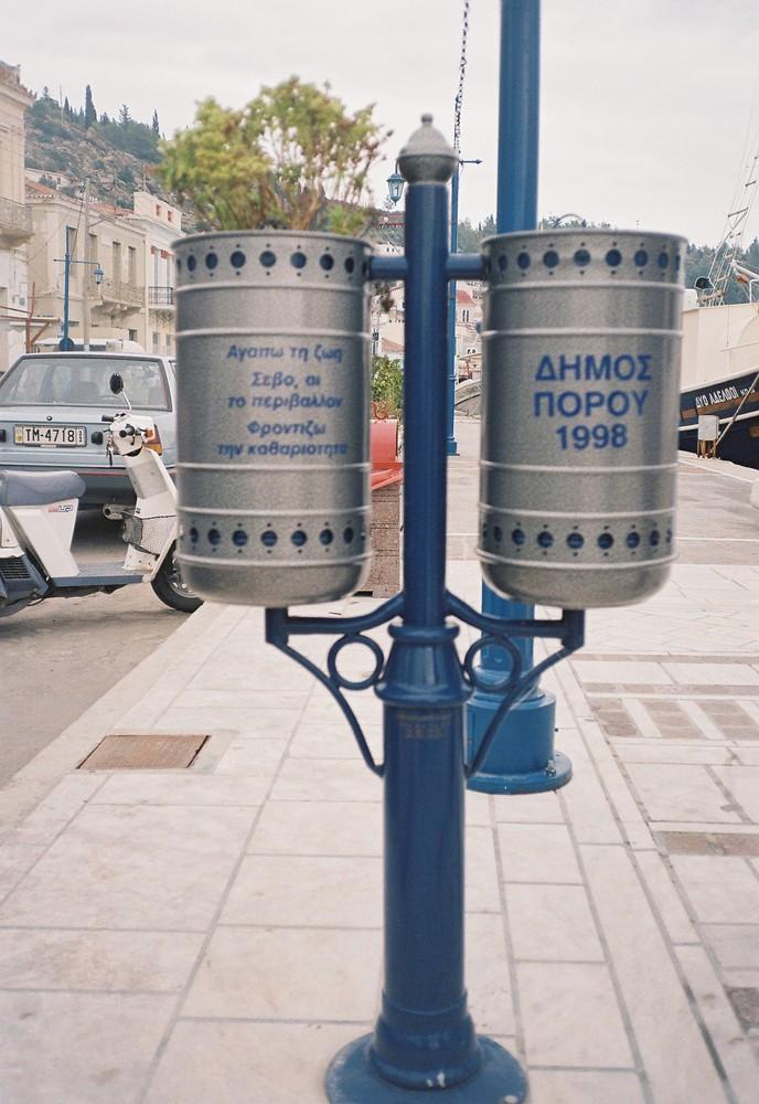 Abfallbehälter auf der Insel Poros in Griechenland