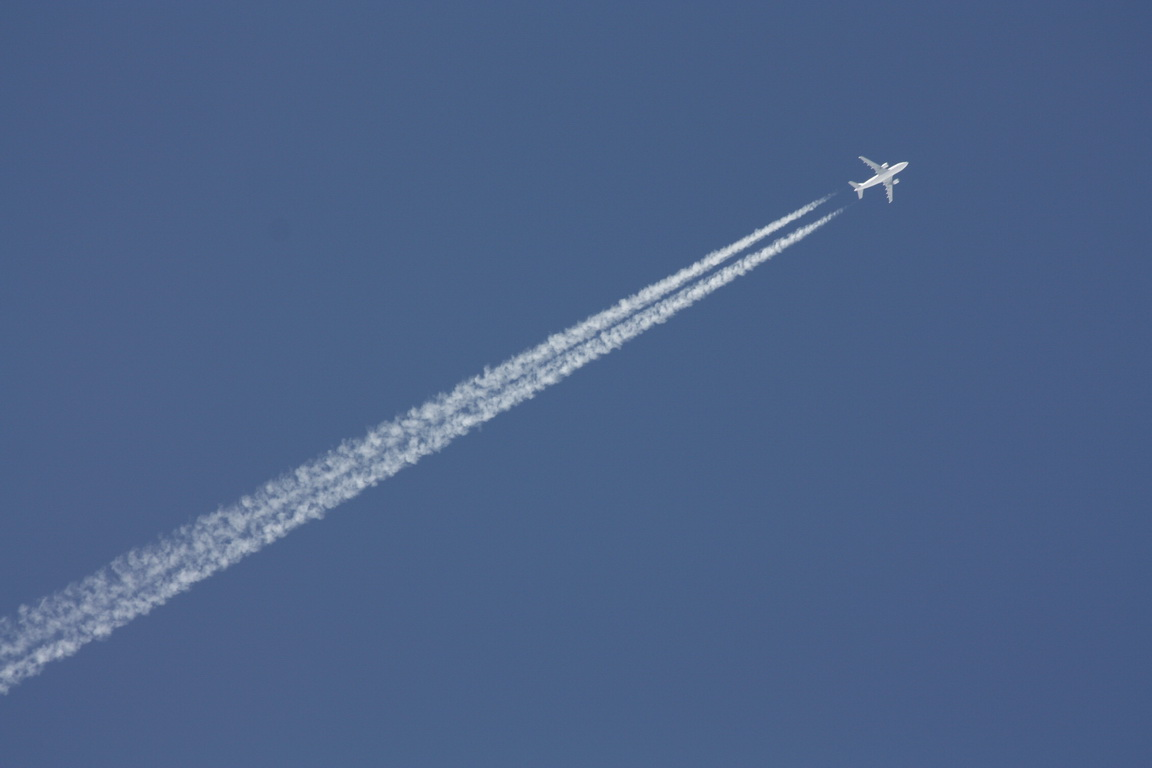 Abflug bei blauem Himmel