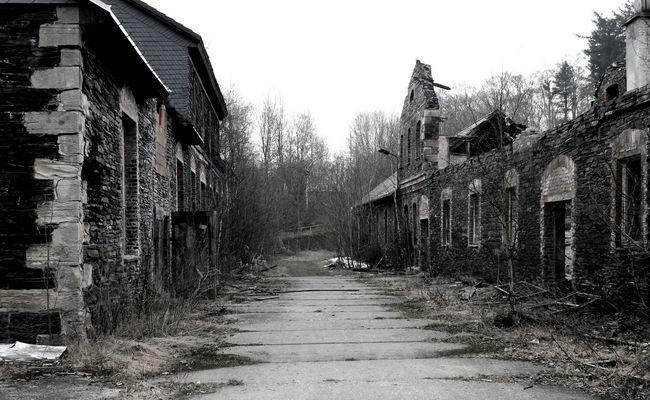 abgebrannter Bahnhof im verlassenen Dorf.........
