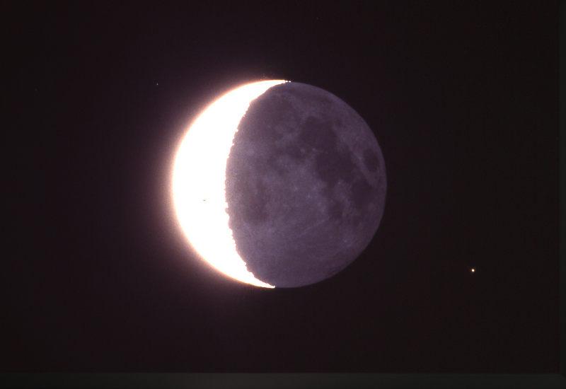 abnehmender Mond mit Erdschein und Sternen