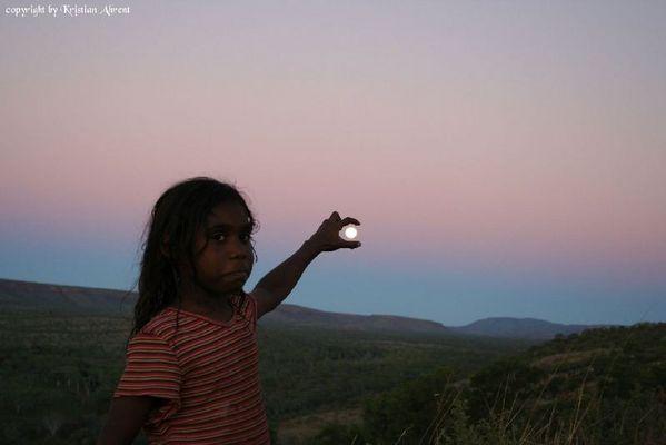 Aborigines Kind mit dem Mond in der Hand