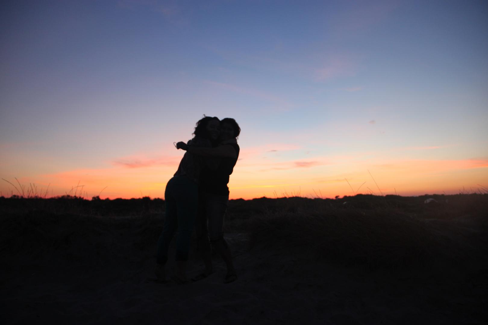 Abrazo de dos amigas