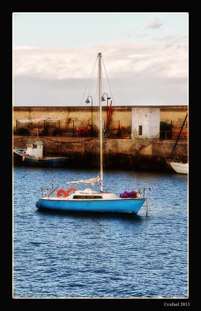 Abrigado en el puerto (versión color)