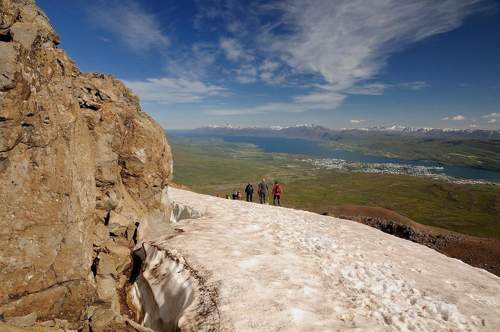 Abstieg vom Gipfel Berg Súlur, in Island, rechts unten in der Bucht liegt...