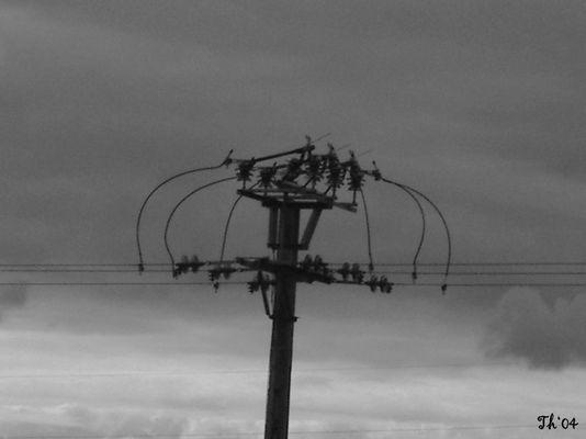 """""""abstrakter"""" Strommast in Zentral-Frankreich"""