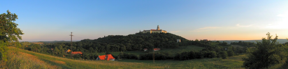 Abtei in Pannonhalma im Sonnenuntergang (Panorama)