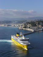 Accostage du ferry corsica-sardinia dans le port de Nice