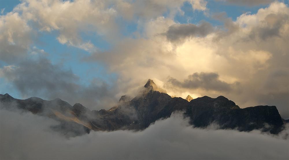 Acher mit Abendwolken