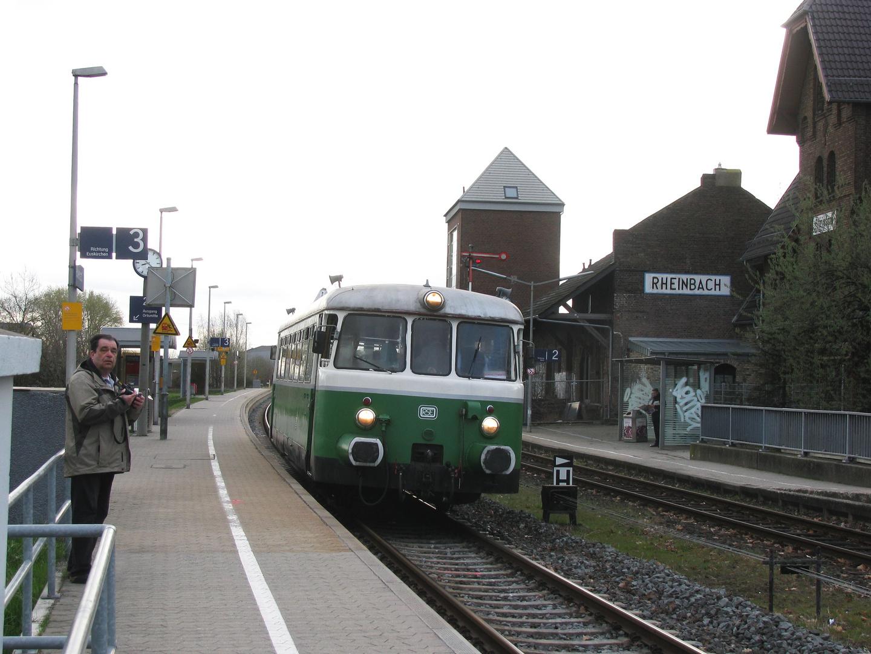 Achtung auf Gleis 3 fährt ein Zug durch!
