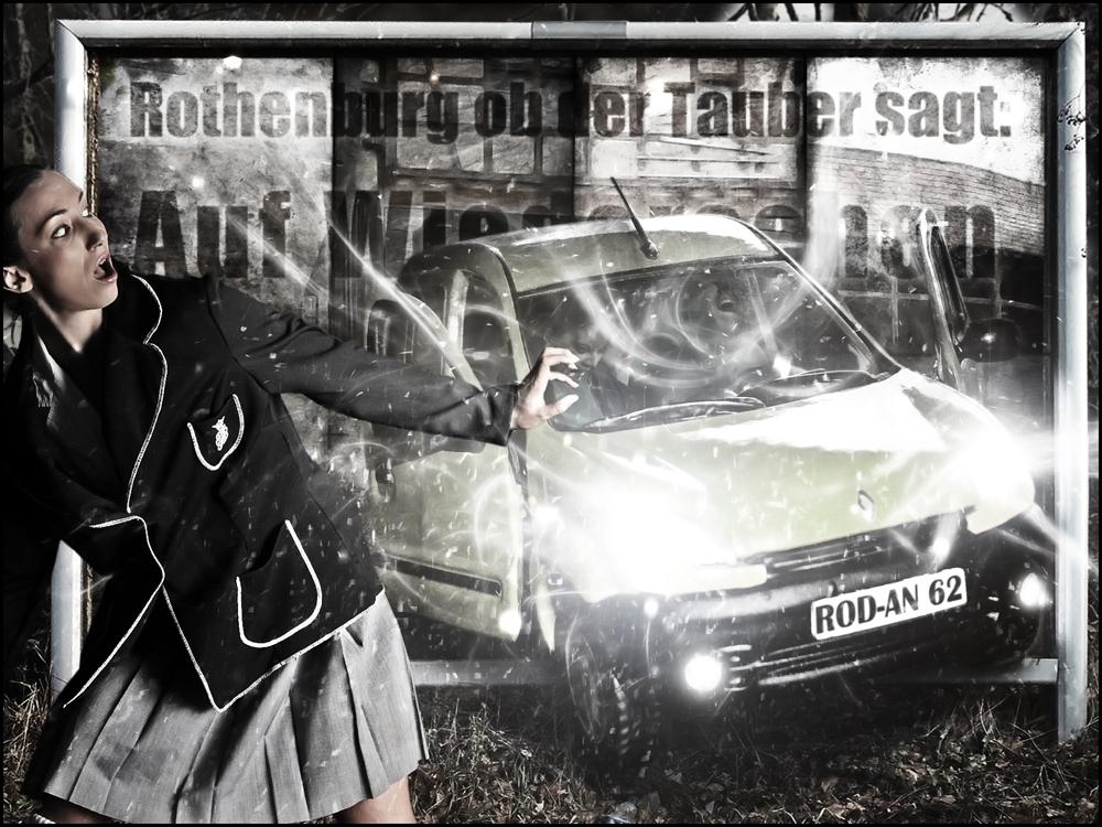 Achtung, aus einem Plakat in Rothenburgs Randgebieten kommt ihnen ein Fahrzeug entgegen !!!