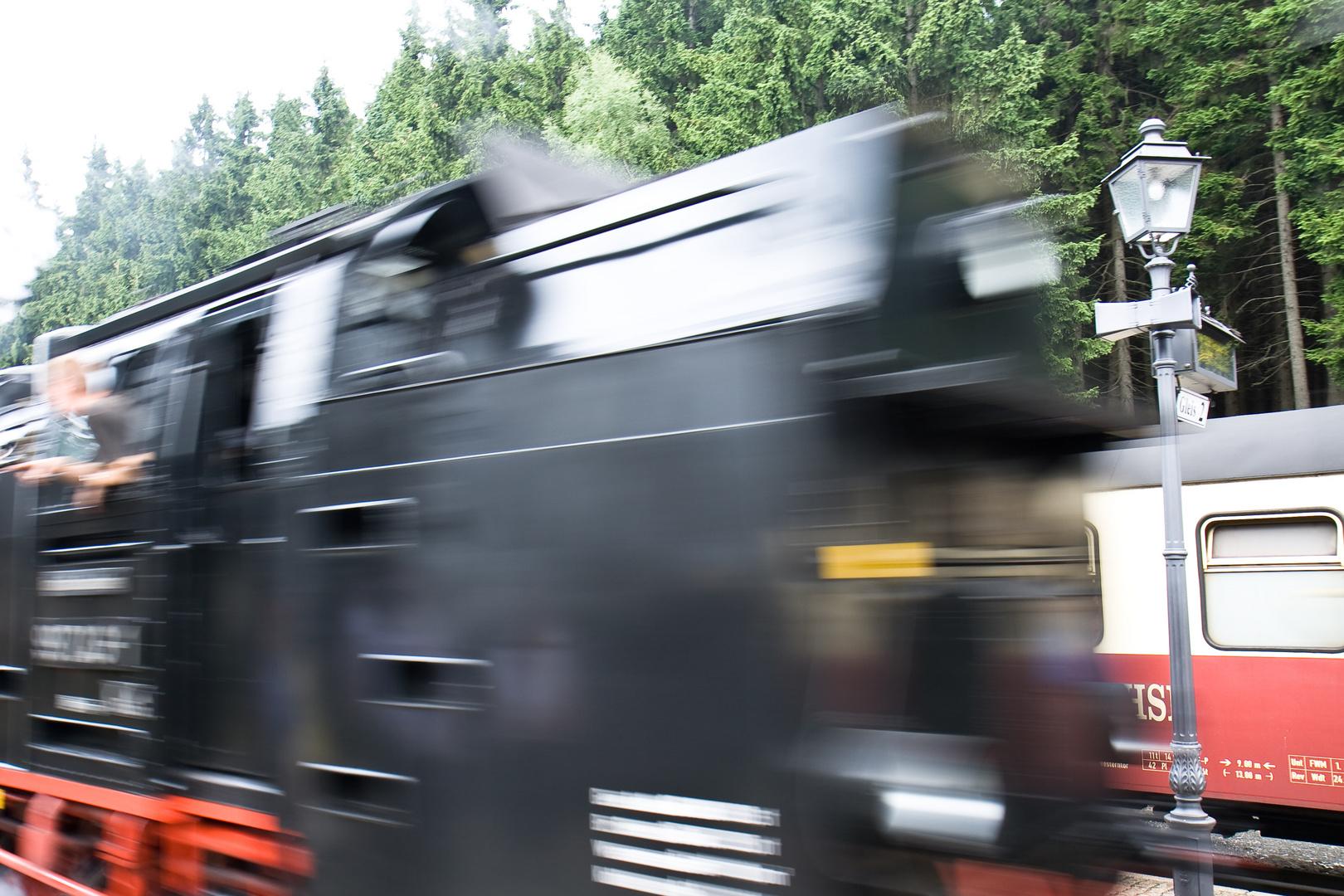 ACHTUNG - Harzer Schmalspurbahn fährt ein