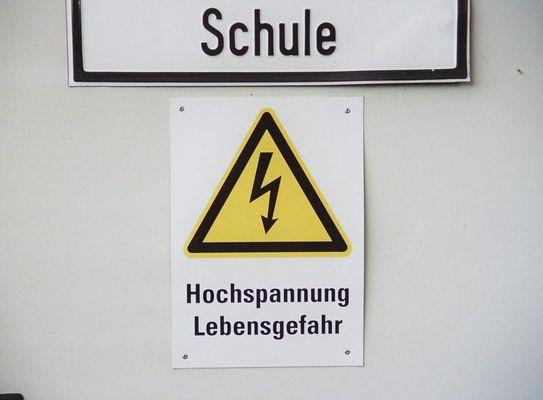 Achtung!!! Schule!!! Hochspannung!!! Lebensgefahr!!! ;-)