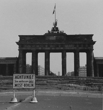 achtung sie verlassen jetzt west berlin 50 jahre mauerbau foto bild deutschland europe. Black Bedroom Furniture Sets. Home Design Ideas