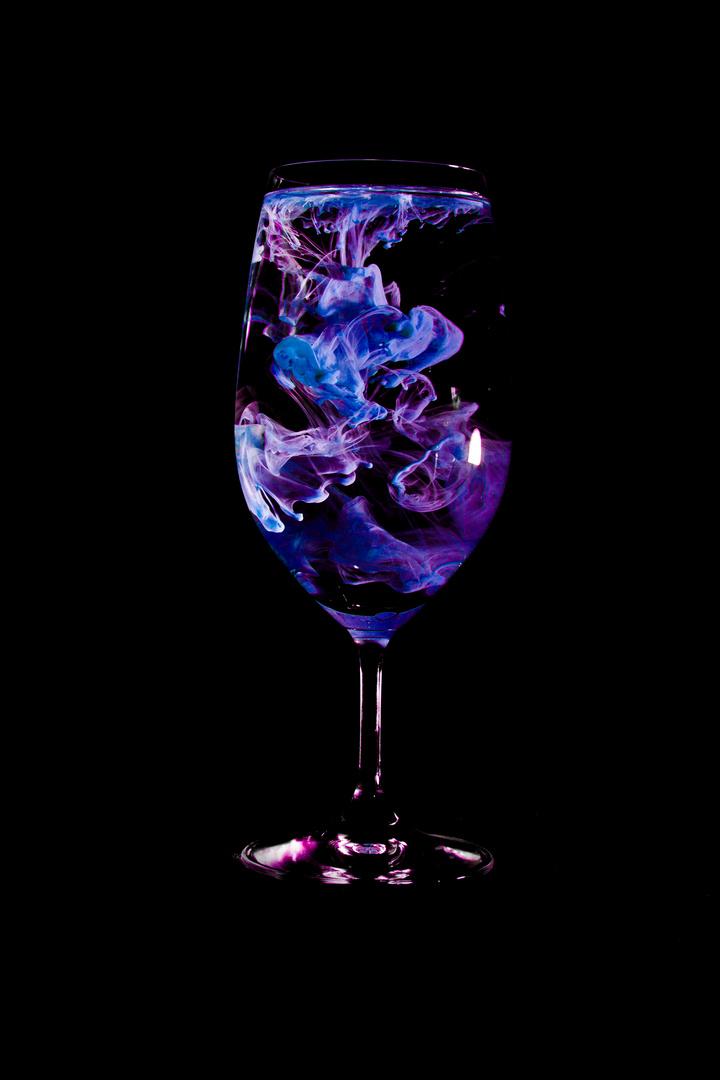 Acrylfarben zerlaufen im Wasser