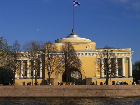 Admiralität in St. Petersburg/RUS von der Fluß Seite
