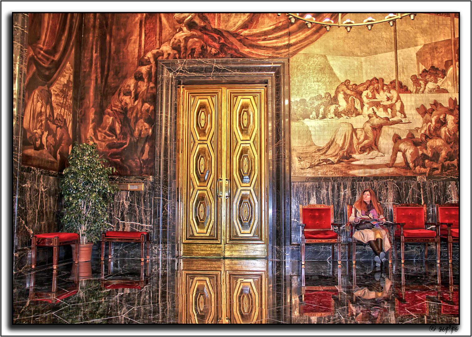 Admirando una de las salas del Ayuntamiento de Barcelona
