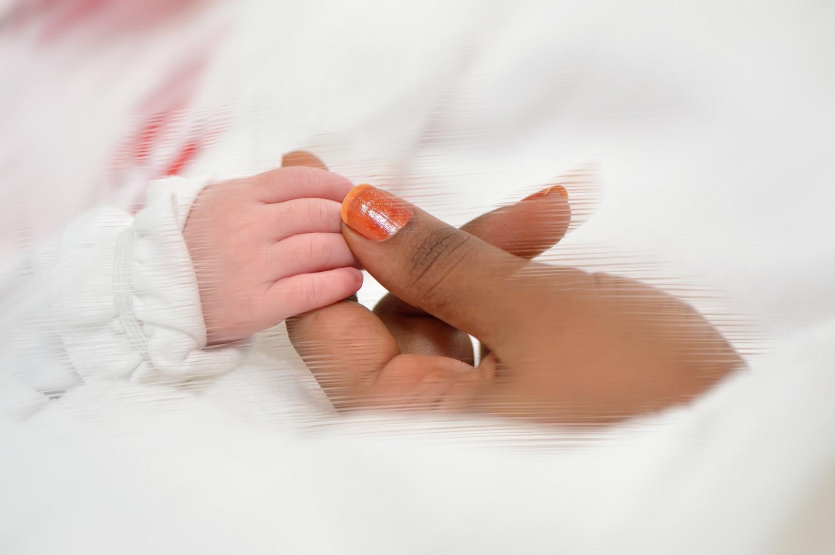 Adrianas und Mamis Hände