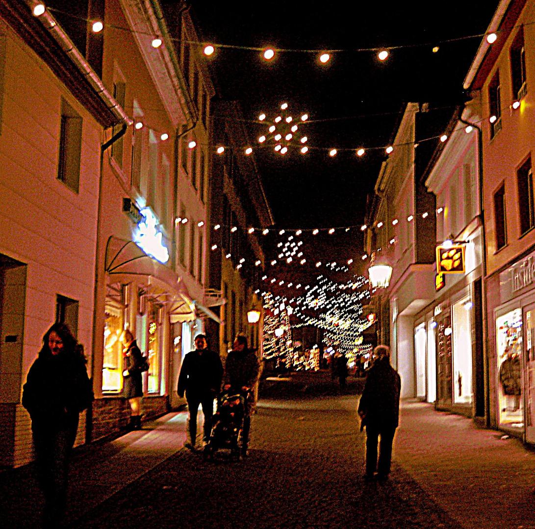 Adventsbeleuchtung auf der Düsseldorfer Straße in Richtung Marktplatz