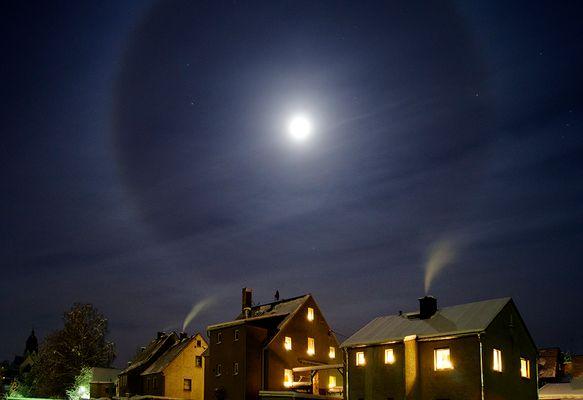 Adventsnacht: Mondhalo über Lichterhäusern