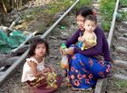 Affairés le long des rails du Bamboo train