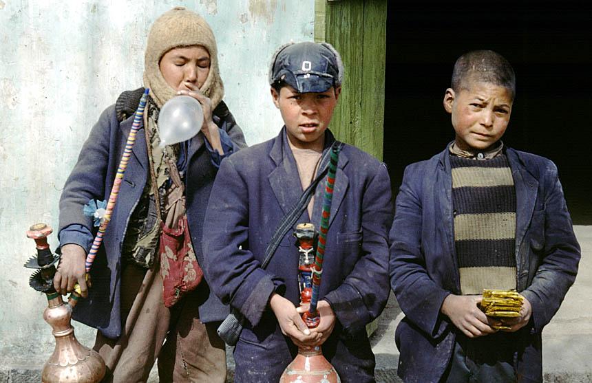 Afghanistan 2.3.1968 - junge Verkäufer bieten Kondome und Wasserpfeife zum Rauchen an