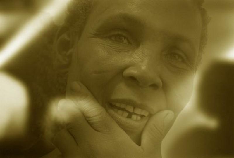 Afrique Le visage entre les mains pour la pensée du devenir