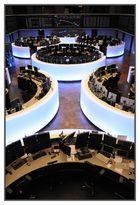 """""""After the storm"""" - Börse : Blick aufs Parkett der Wertpapierbörse und die DAX-Tafel"""