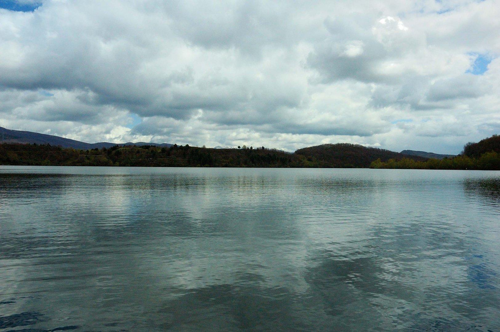Agua, montañas y cielo