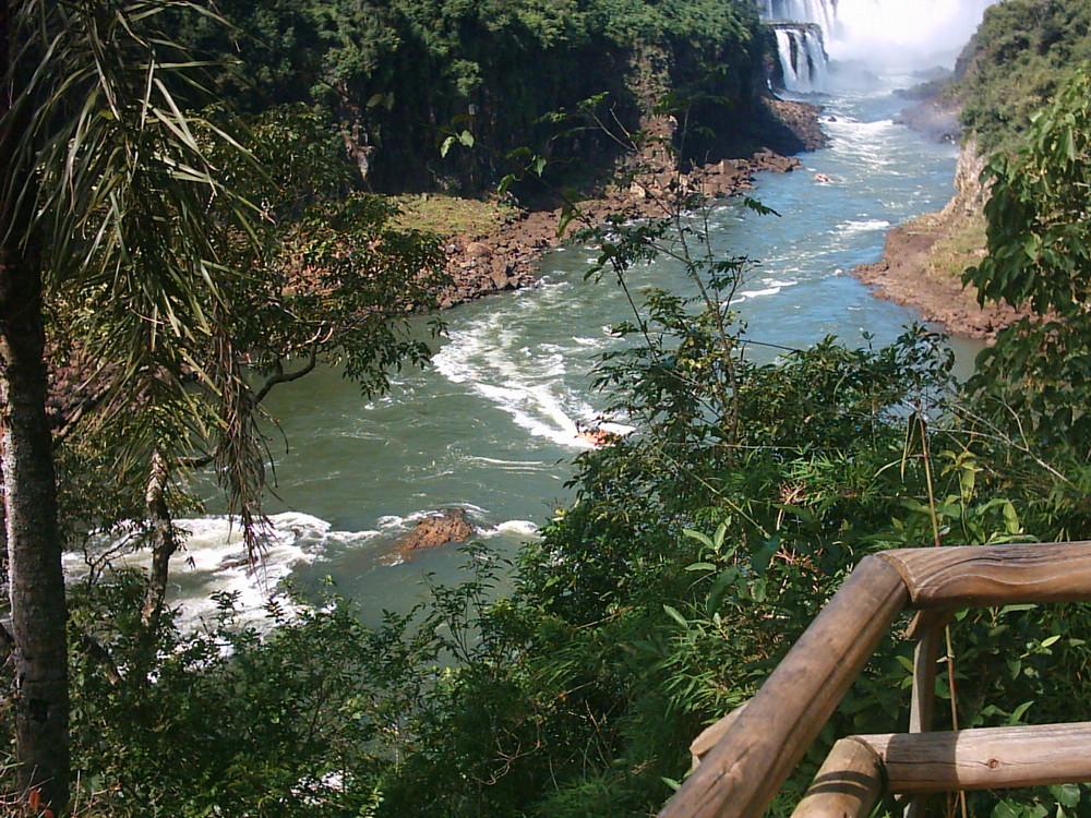 Aguas que corren de la bajada de las cataratas