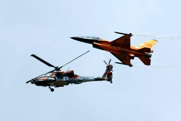 AH-64 und F-16 treffen sich