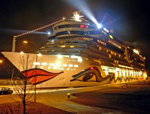 Aidabella in der Großen Seeschleuse in Emden