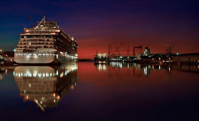 AIDAblue im Emder Hafen