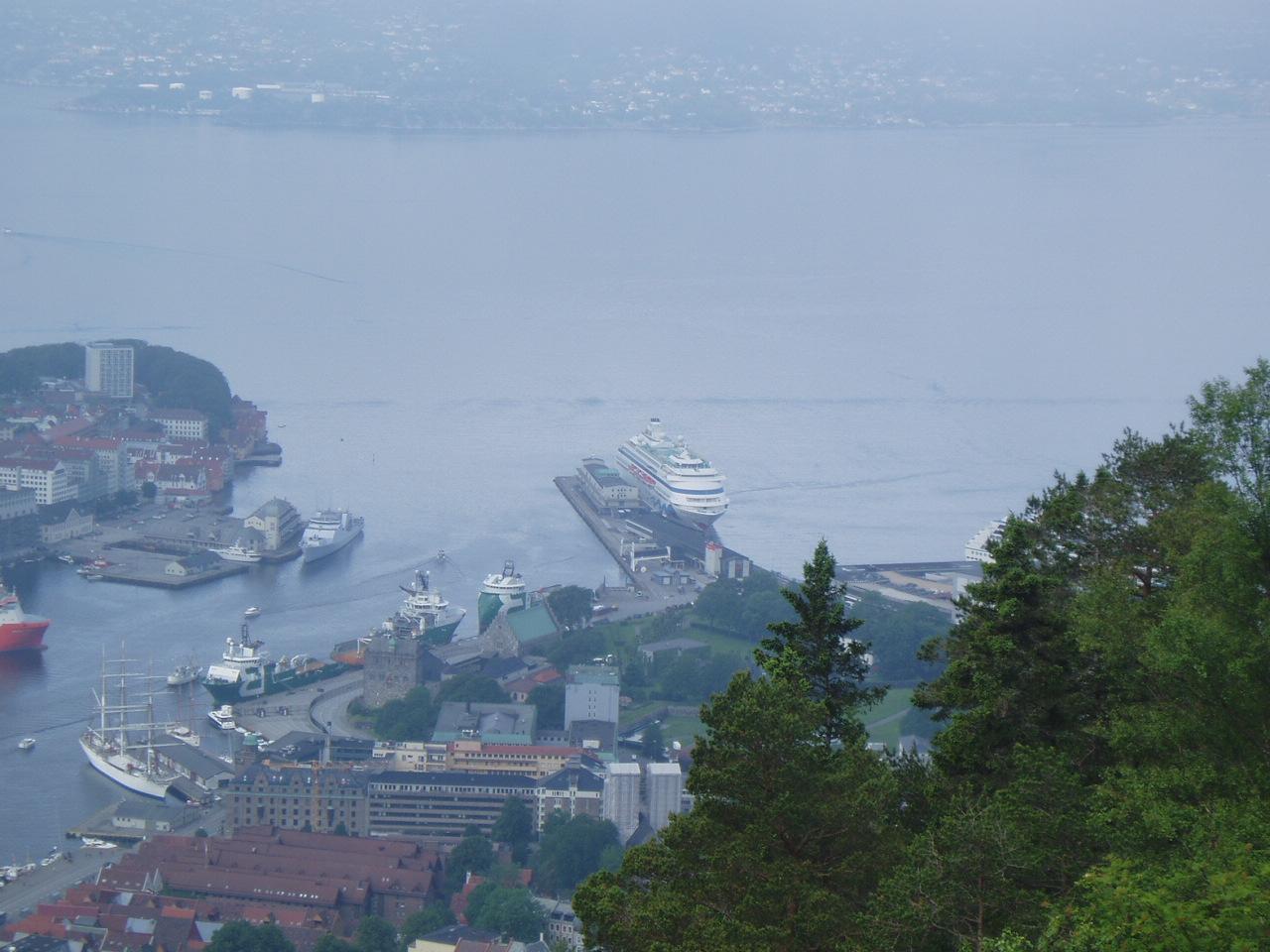 AIDAcara im Hafen von Bergen