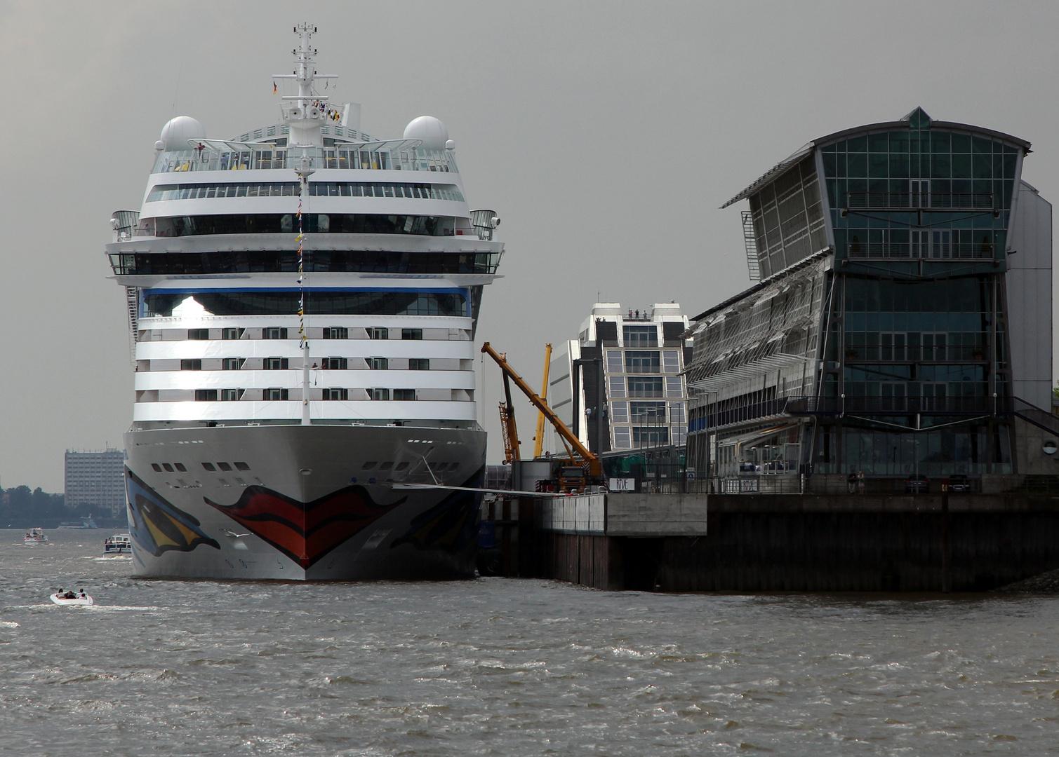 AIDAmar am Dockland in Hamburg festgemacht...