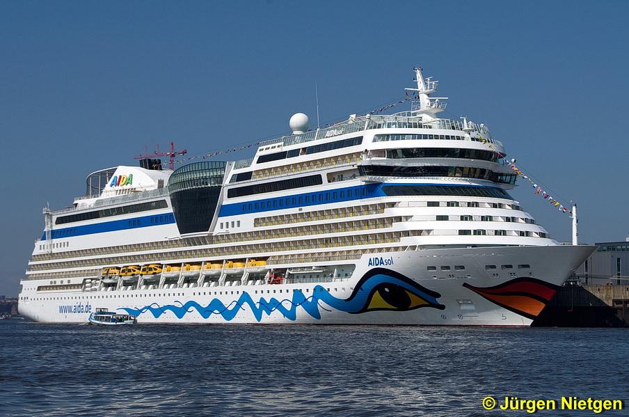 AIDAsol vor Anker im Hamburger Hafen