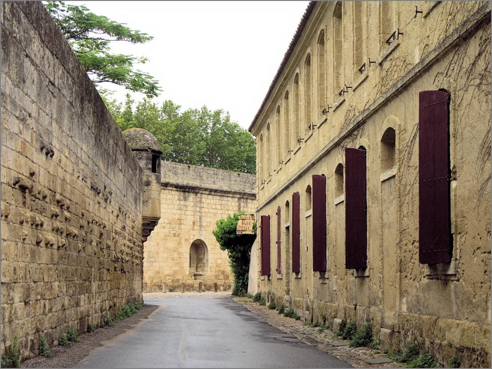 Aigues-Mortes - Gasse an der Mauer