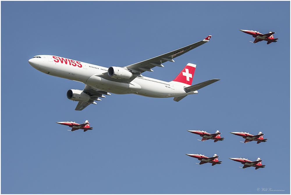 Air 14- Swiss Airbus A330 eskortiert von Patrouille Suisse mit 6 Northrop F-5E Tiger II