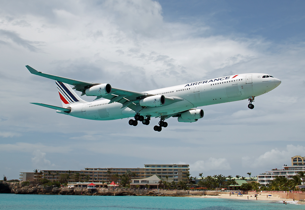 Air France A340 über Maho Beach