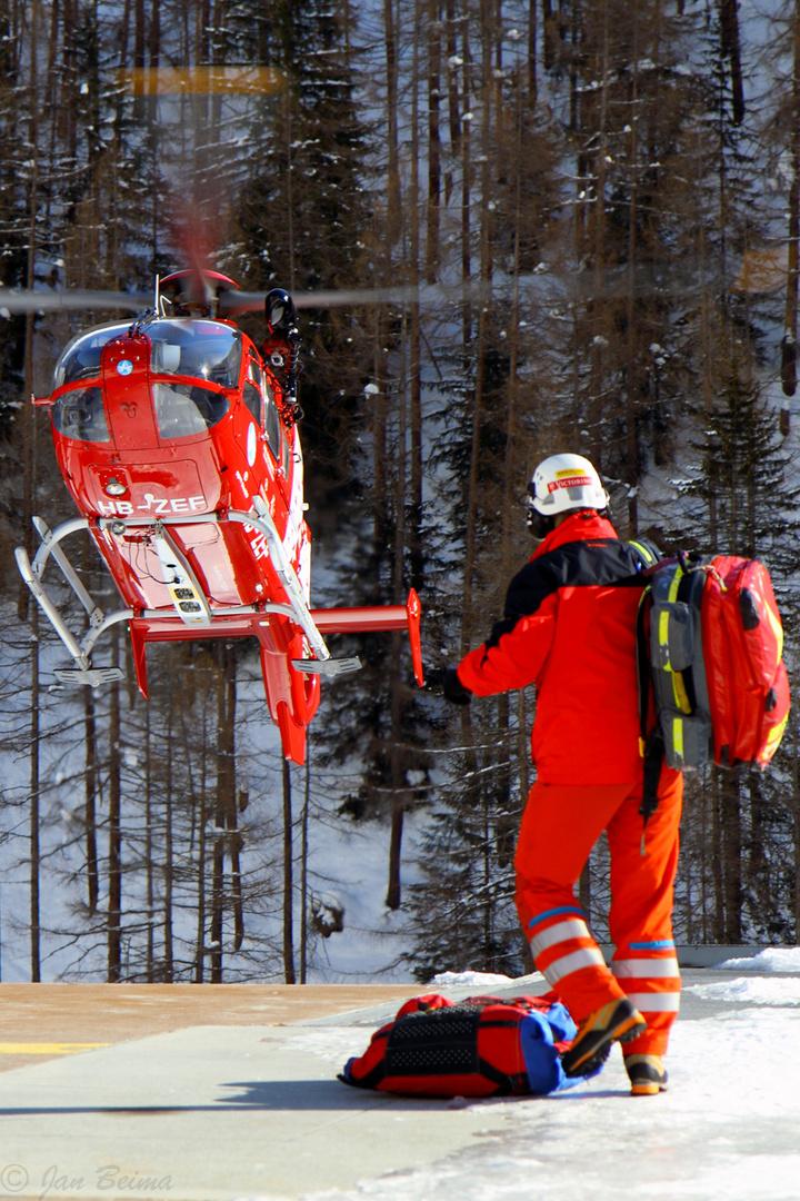 """Air-Zermatts """"Echo Fox"""" landed kurz für ein """"pick-up""""."""