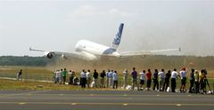 Airbus A-380 at Farnborough Air Show °